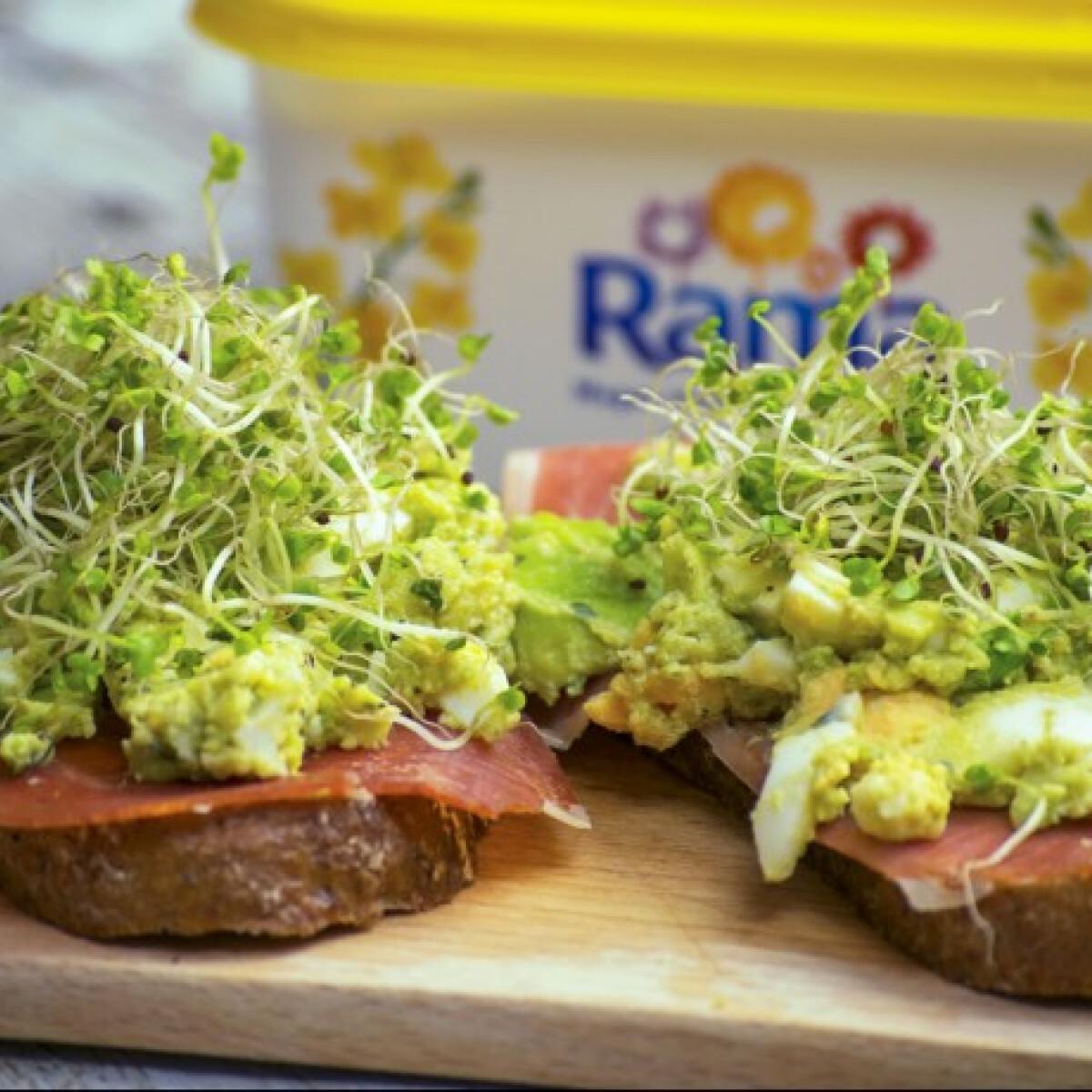Ezen a képen: Zöldfűszeres-tojáskrémes-sonkás toast