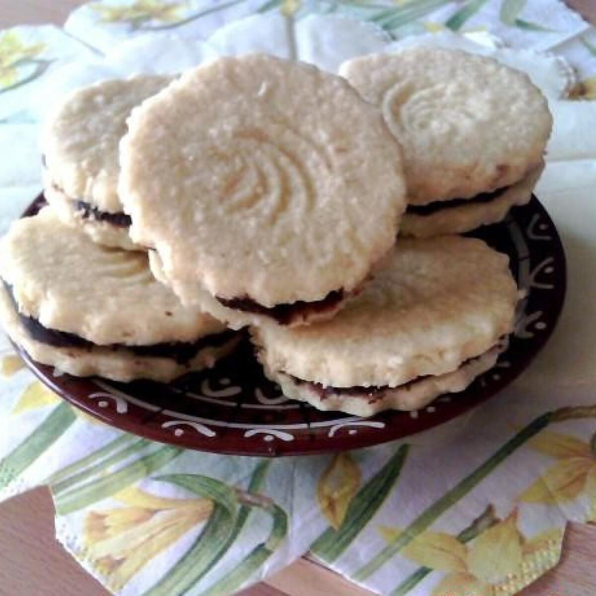 Ezen a képen: Vaníliás-citromos-kókuszos keksz trüffelkrémmel