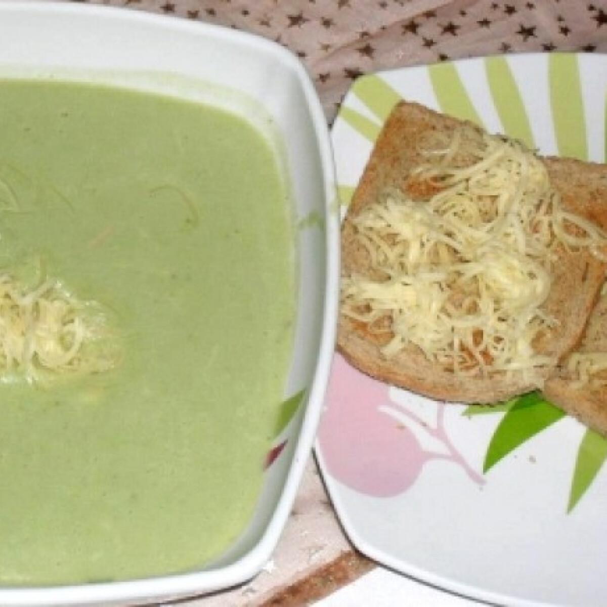 Füstölt sajtos brokkolikrémleves pirítóssal