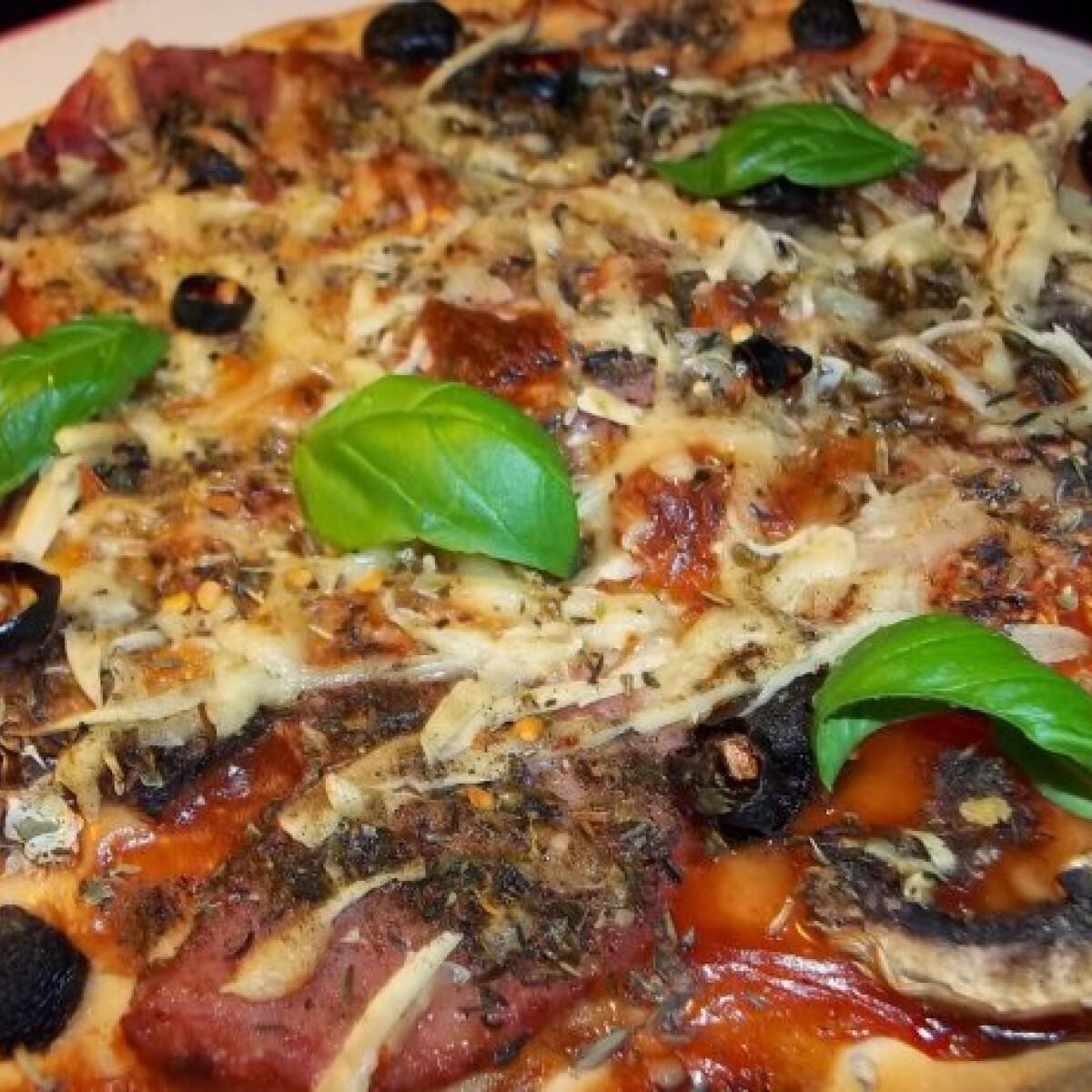 Ezen a képen: Gombás-sonkás-sajtos pizza gyorsan