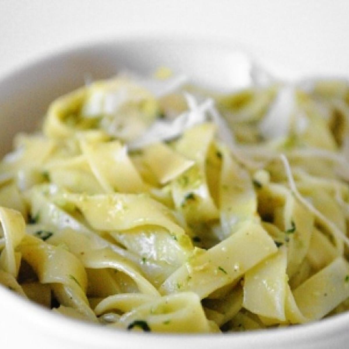 Ezen a képen: Pesto alla Genovese tagliatelle-vel