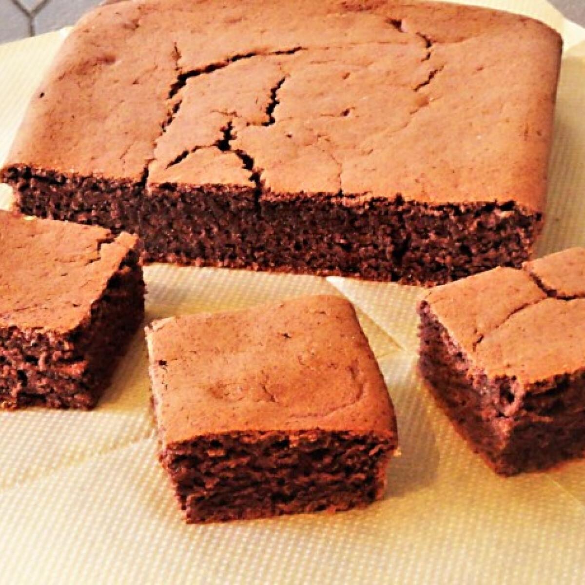 Ezen a képen: Csokis-írós sütemény