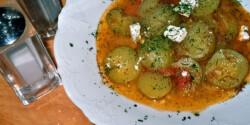 Paradicsomos-kapros uborkaleves fetával
