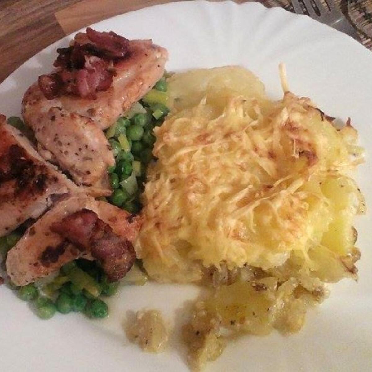 Ezen a képen: Aranybarna csirke - párolt zöldség és csőben sült burgonya