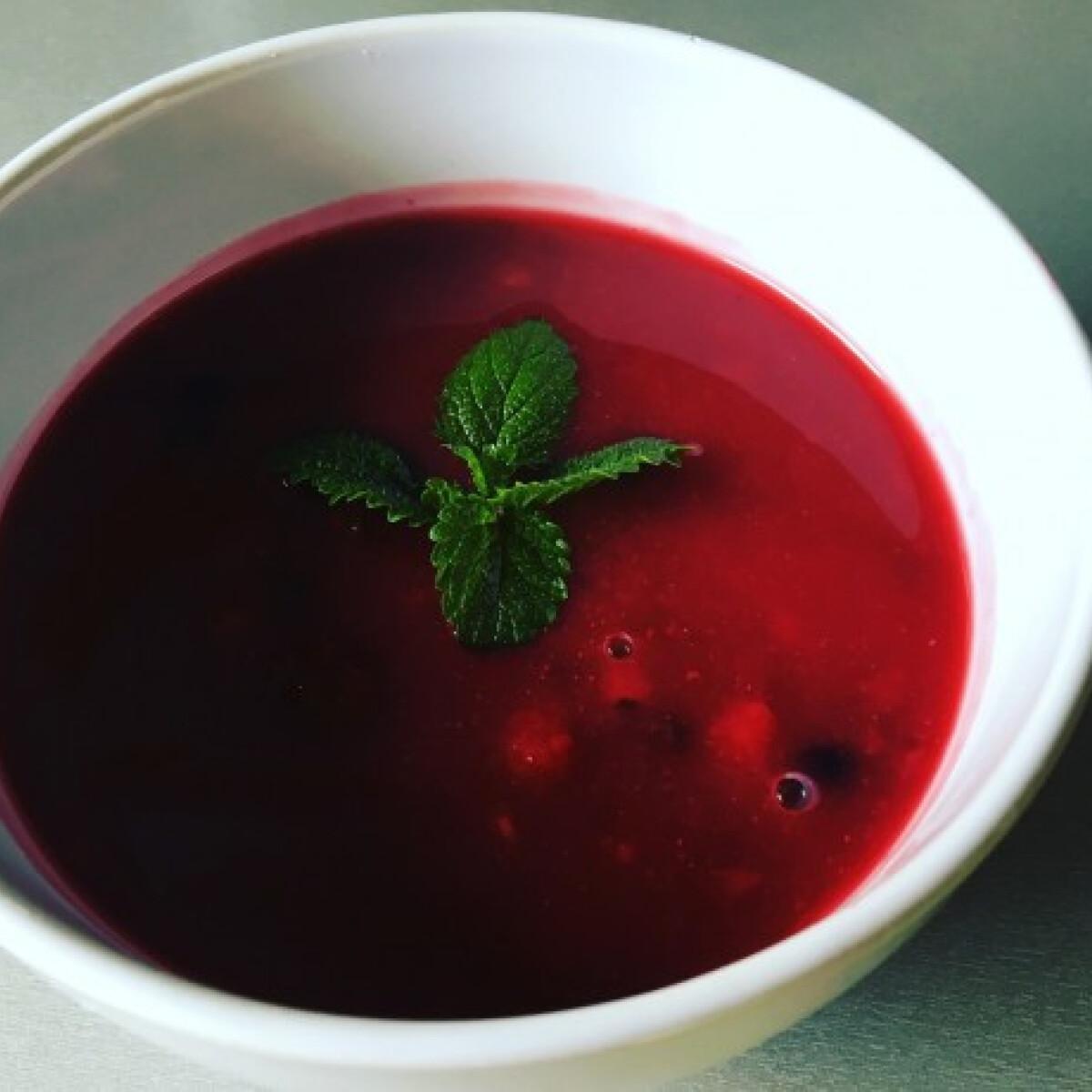 Ezen a képen: Gyors erdeigyümölcs-leves