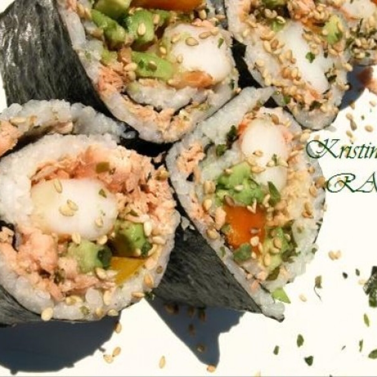 Ezen a képen: Sült lazacos sushi egyszerűen