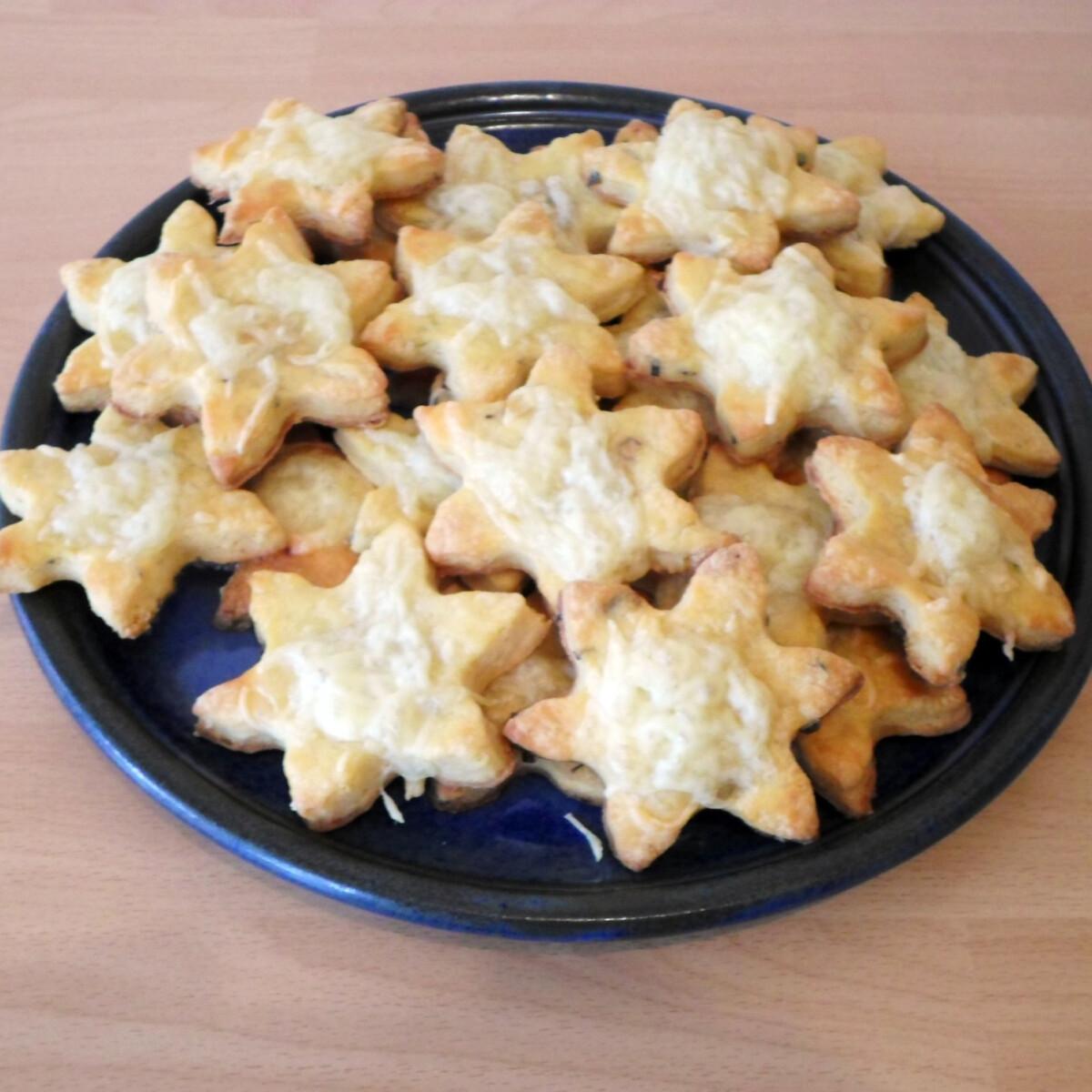 Ezen a képen: Metélőhagymás-sajtos csillagok