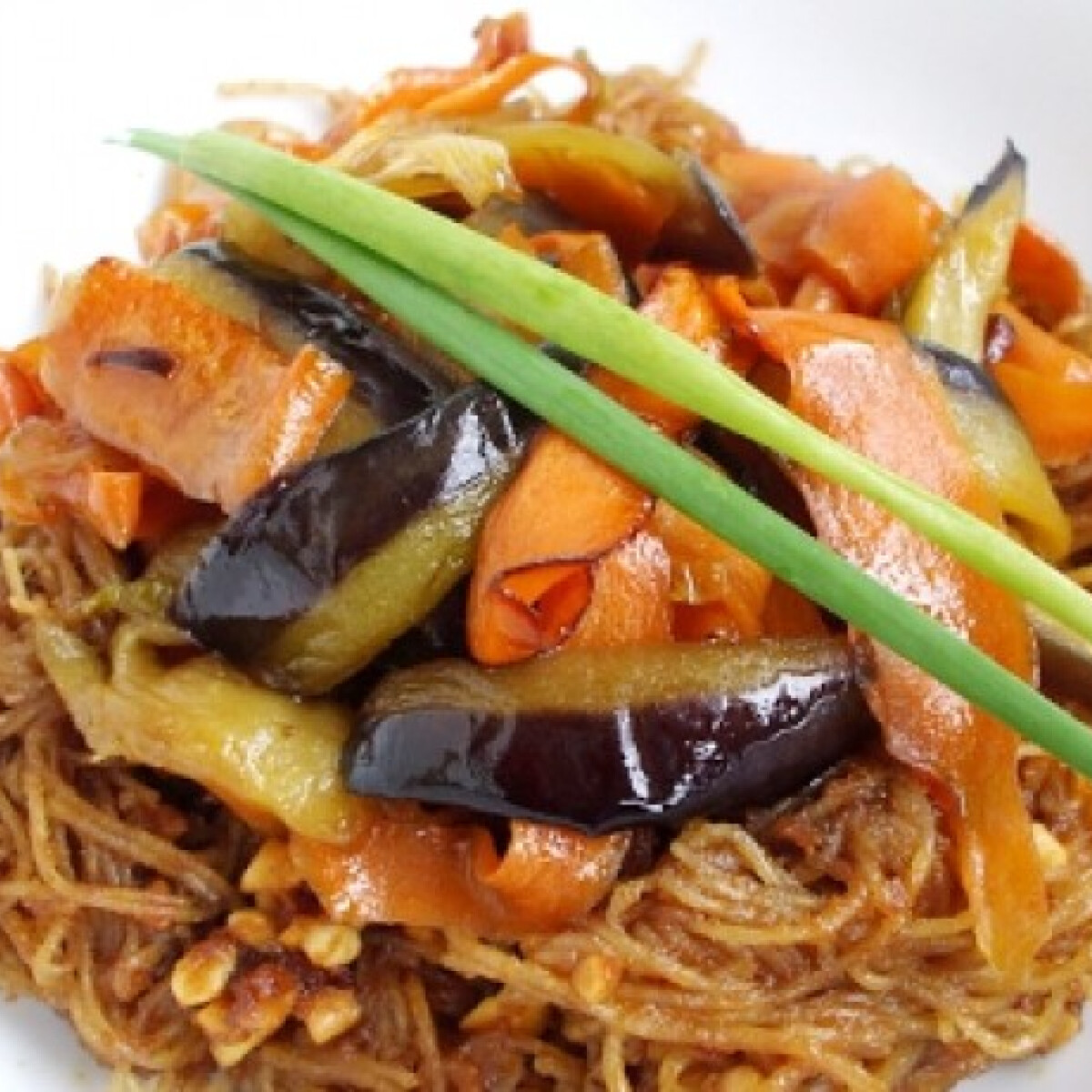Ezen a képen: Padlizsános-répás rizstészta mogyoróval