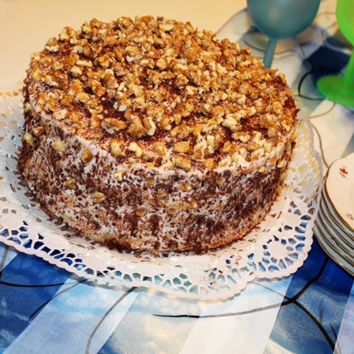 Ezen a képen: Tiramisu torta karamellizált dióval
