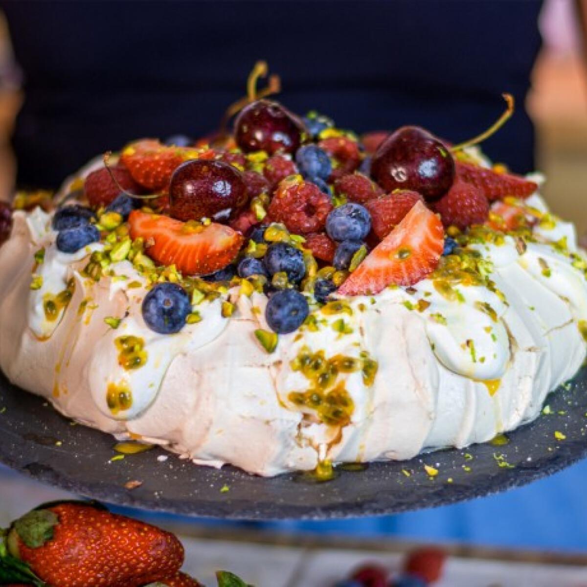 Ezen a képen: Pavlova torta tejszínkrémmel és nyári gyümölcsökkel