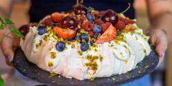 Pavlova torta tejszínkrémmel és nyári gyümölcsökkel