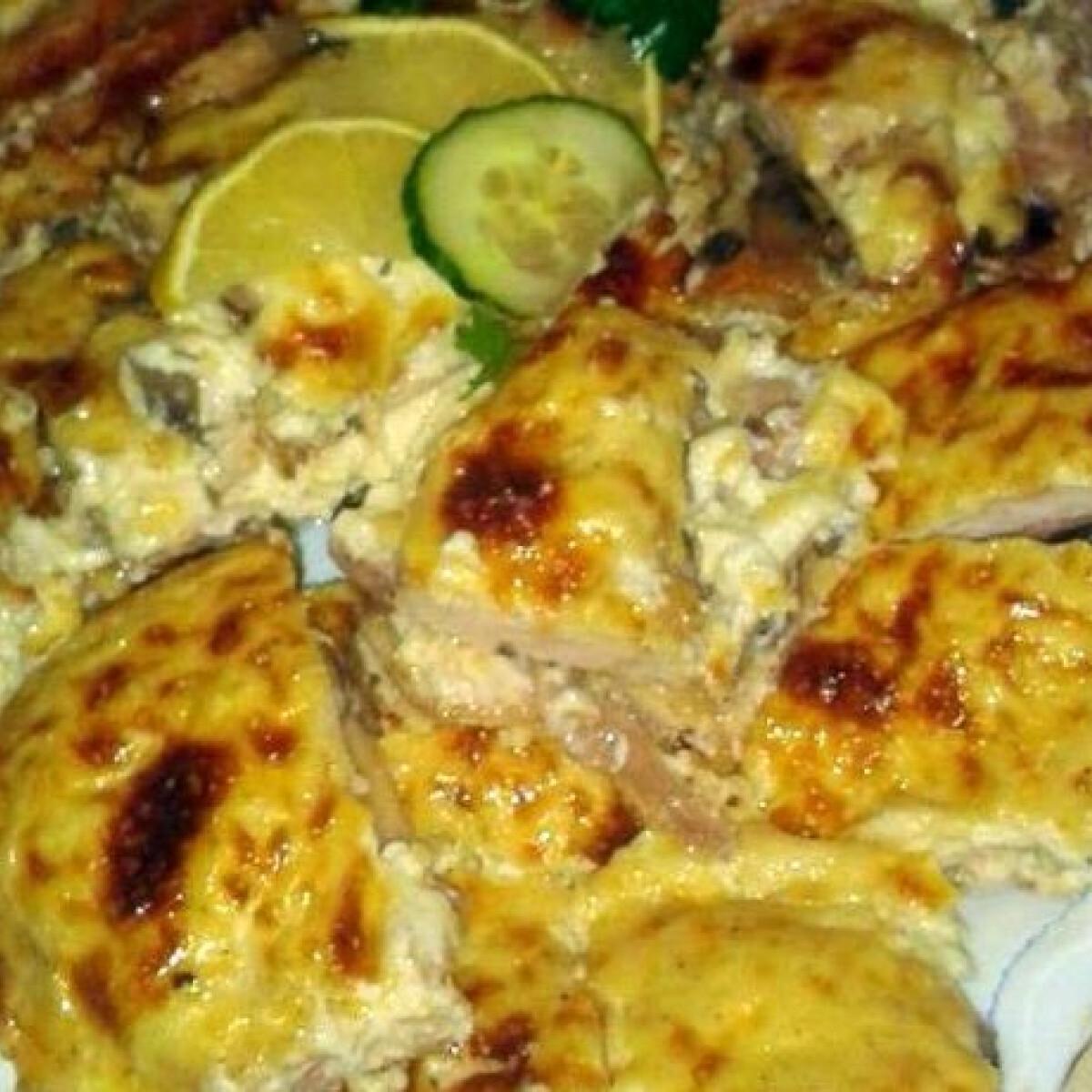 Ezen a képen: Rakott csirkemell sonkával gombával és sajttal