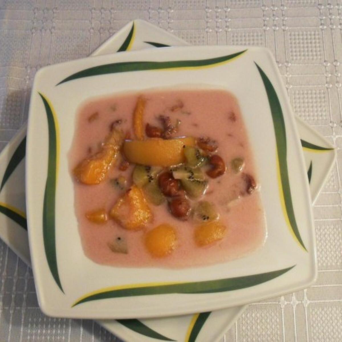 Ezen a képen: Joghurtos gyümölcsleves Salamon Csillától