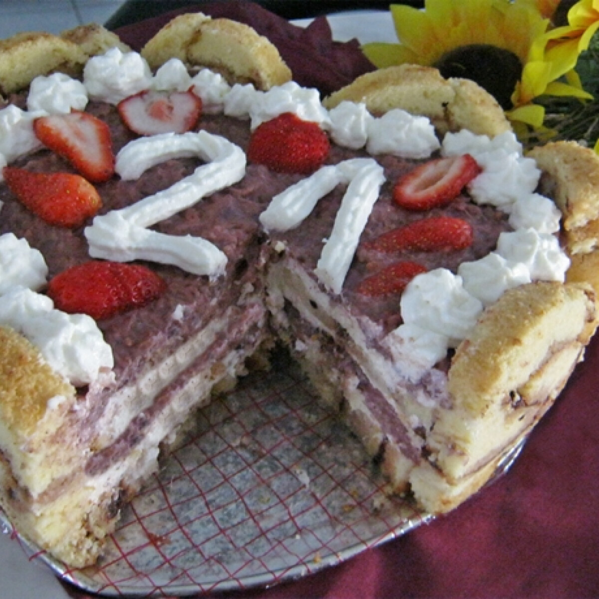 Ezen a képen: Epres piskótatekercs torta Iluskától