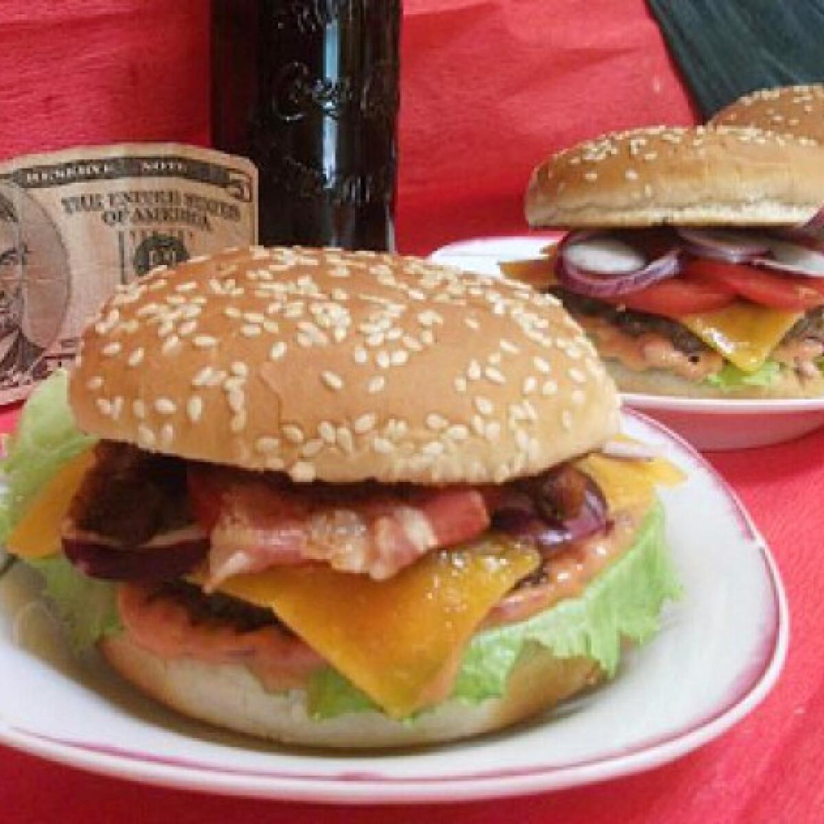 Ezen a képen: Hamburger Mercedes konyhájából
