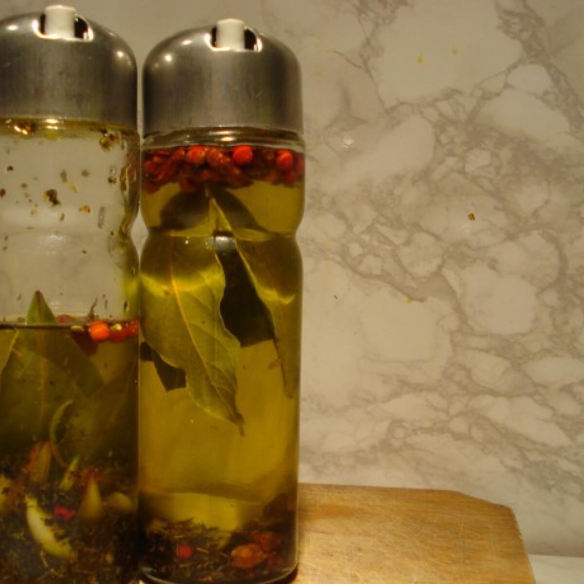 Ezen a képen: Fokhagymás-bazsalikomos fűszerolaj