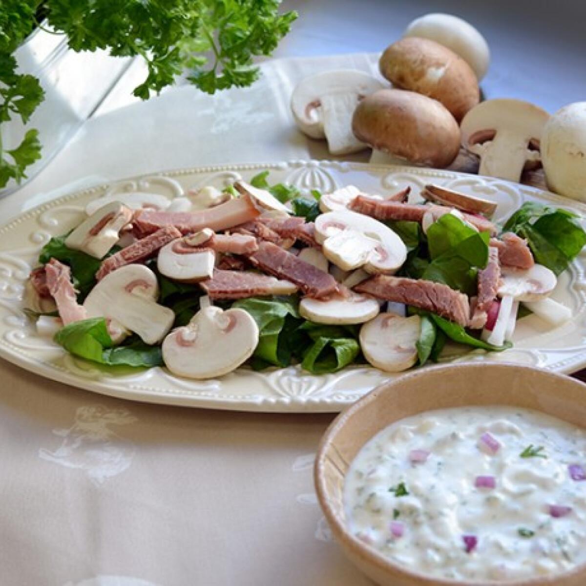 Gombás-sonkás saláta