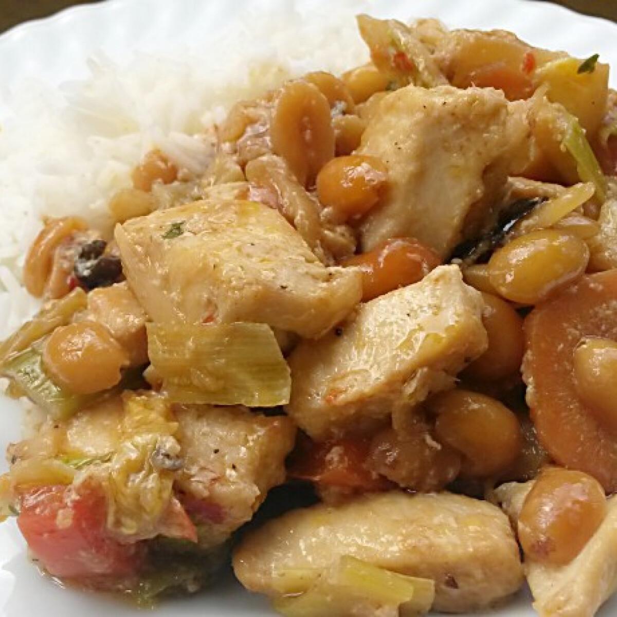 Ezen a képen: Csípős mogyorós csirke Julie konyhájából