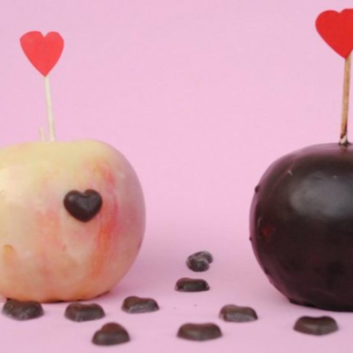 Ezen a képen: Csokoládéköntösbe bújtatott alma