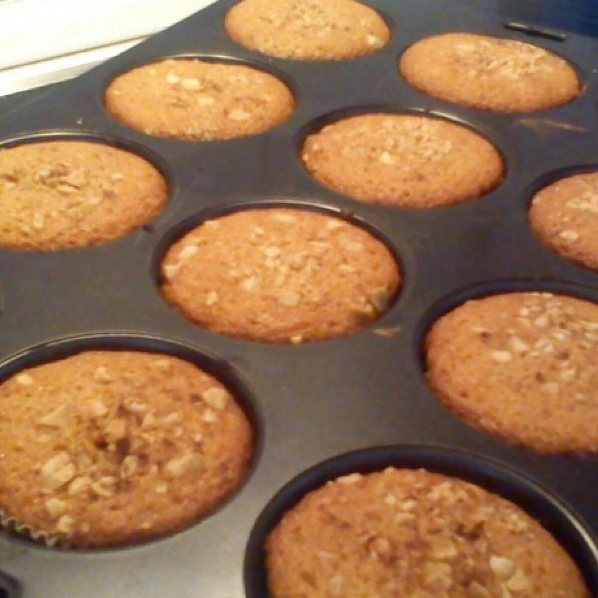 Ezen a képen: Fahéjas-mogyorós muffin vaníliapudinggal