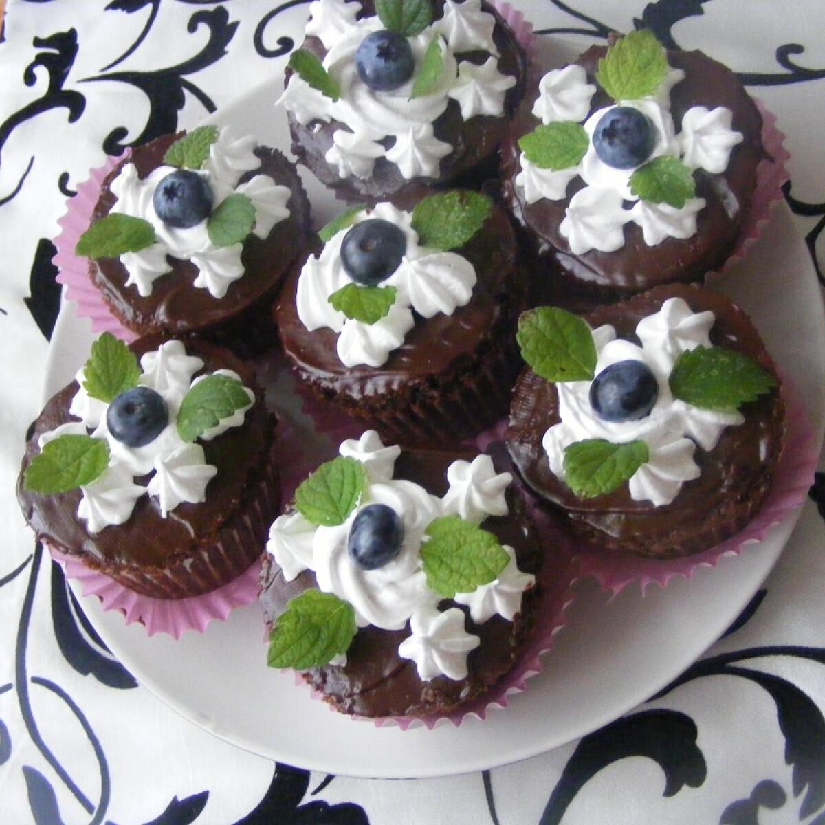 Ezen a képen: Csokis muffin áfonyával