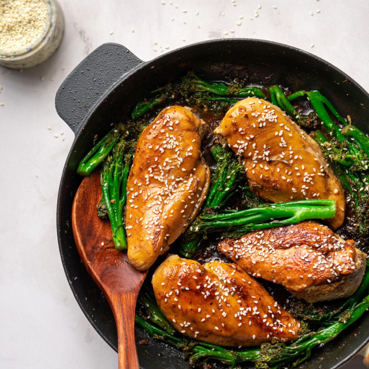 Ezen a képen: Szezámos-gyömbéres csirke