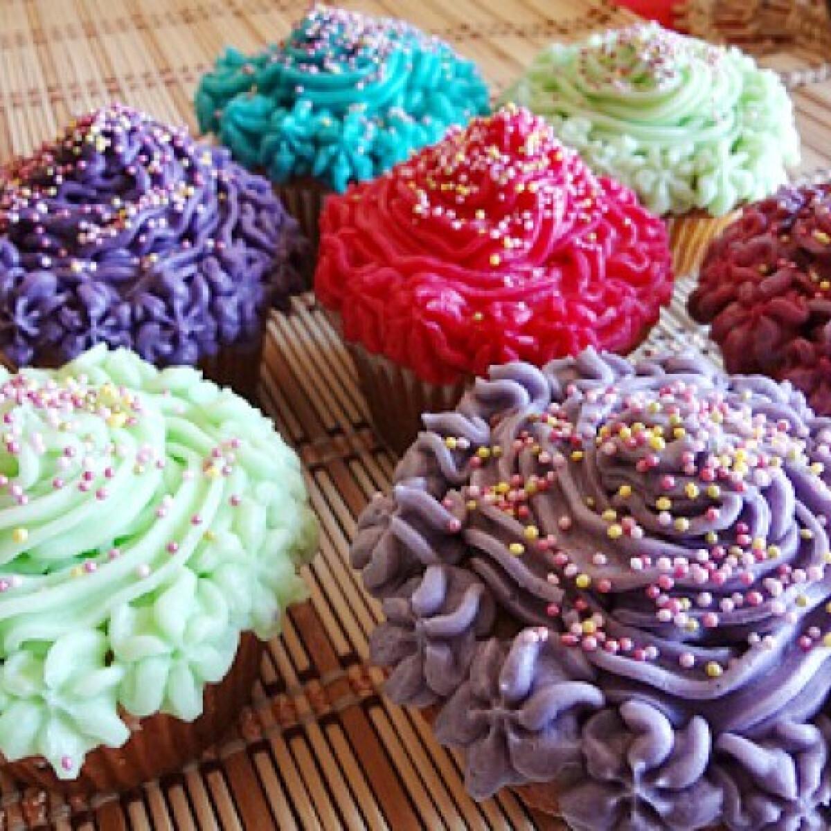 Ezen a képen: Színes vajkrémmel töltött muffin