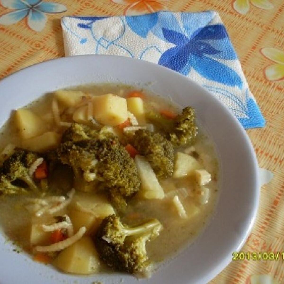 Ezen a képen: Brokkolis zöldségleves csigatésztával