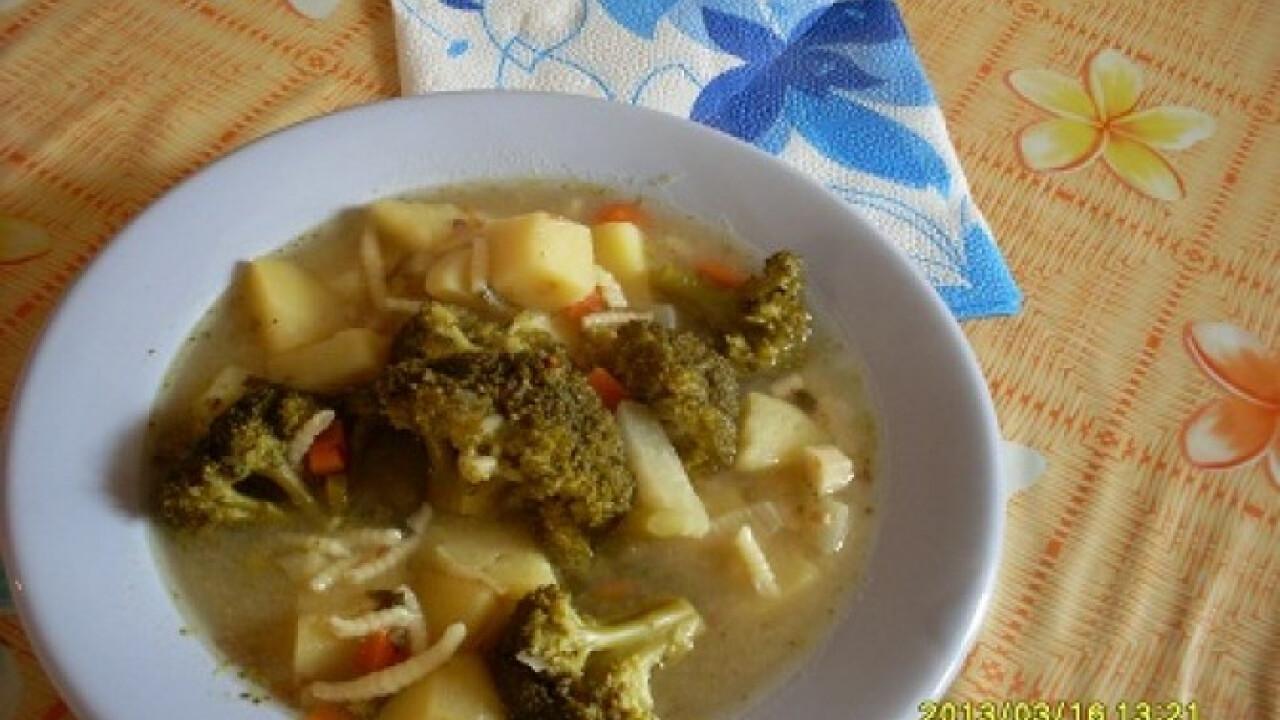 Brokkolis zöldségleves csigatésztával