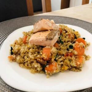 Ázsiai pirított quinoa lazaccal