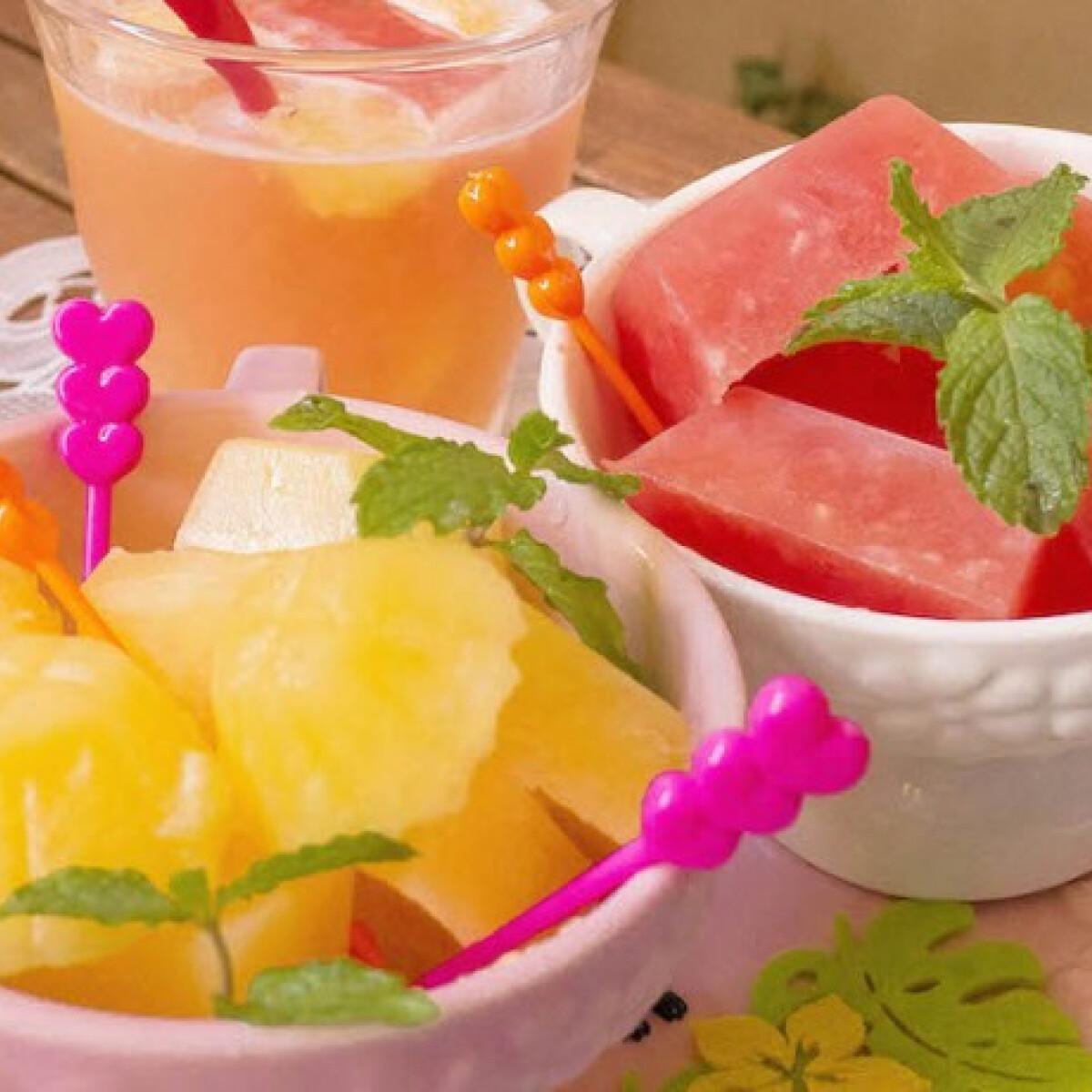 Ezen a képen: Házi színes gyümölcsös jégkockák