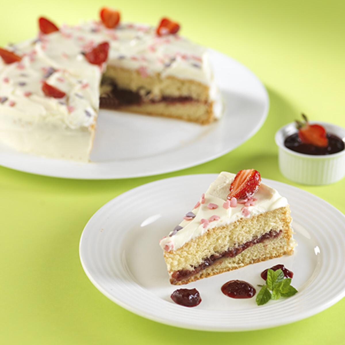 Ezen a képen: Krémsajtos fehércsokoládé torta eperlekvárral
