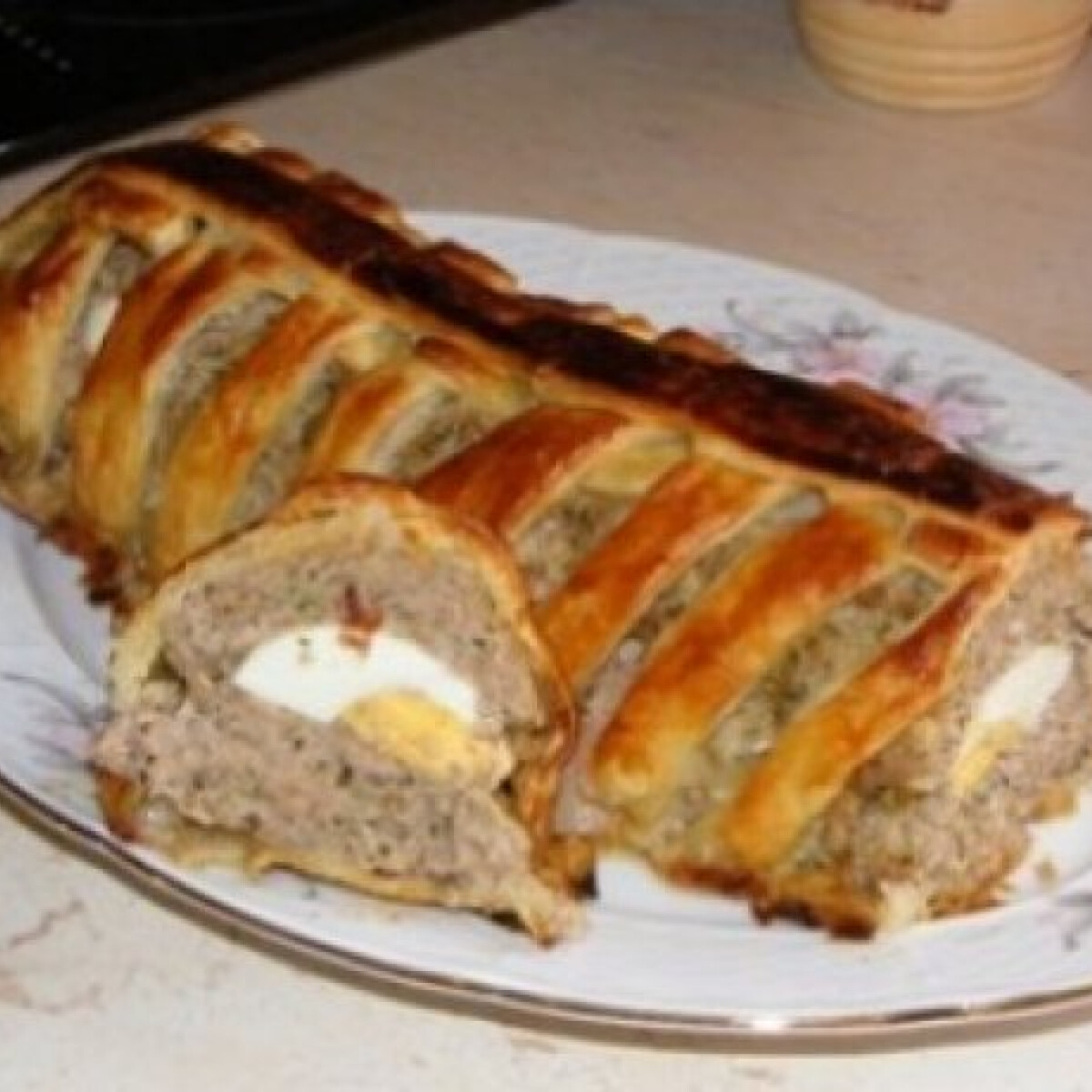 Ezen a képen: Egyben sült fasírt vajas tésztával