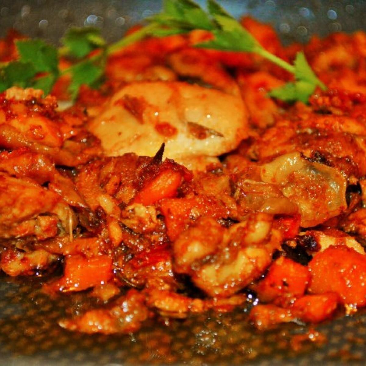 Ezen a képen: Chilis rozmaringos vasalt csirkecomb zöldségraguban