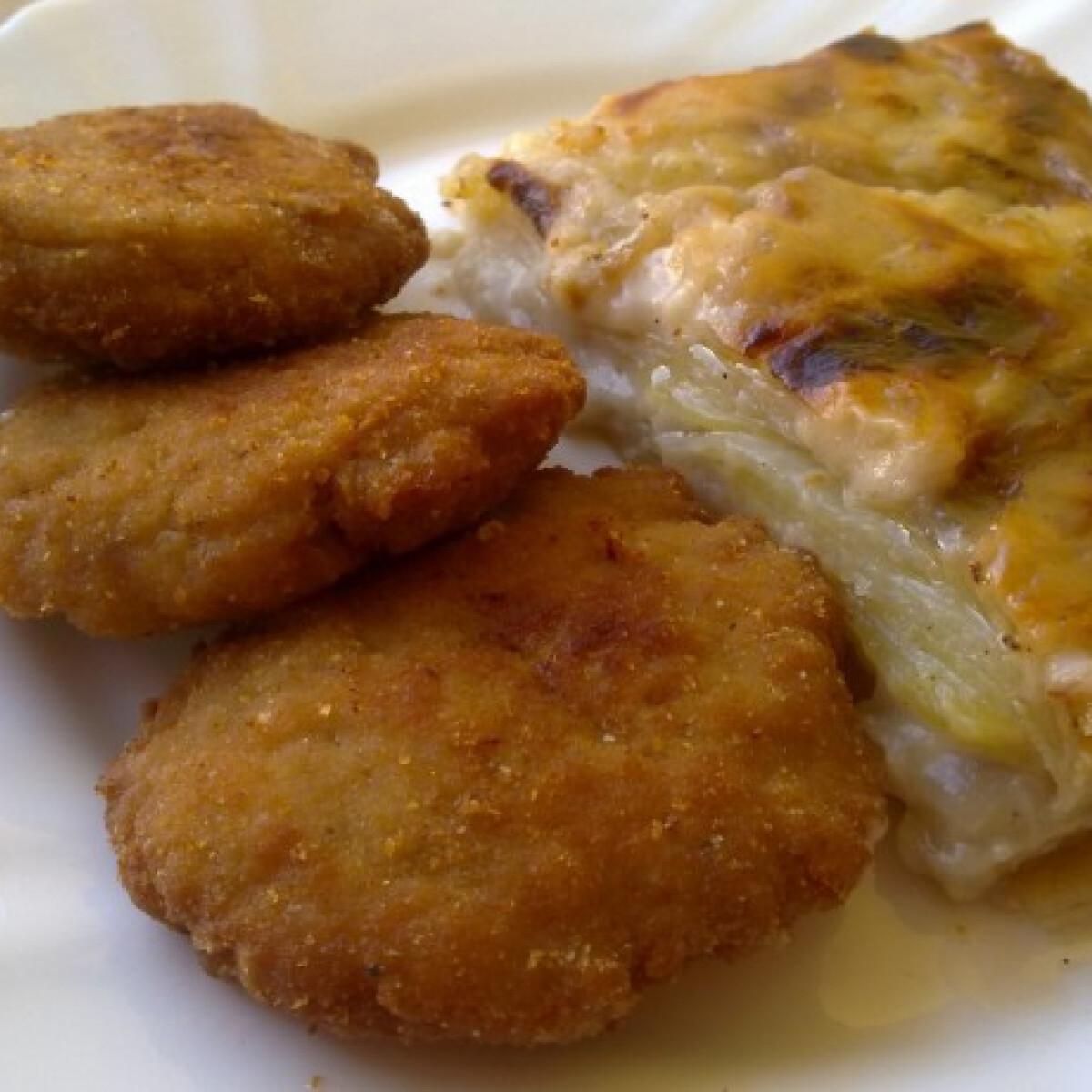 Ezen a képen: Besamel mártásos rakott krumpli csirkemell tallérokkal