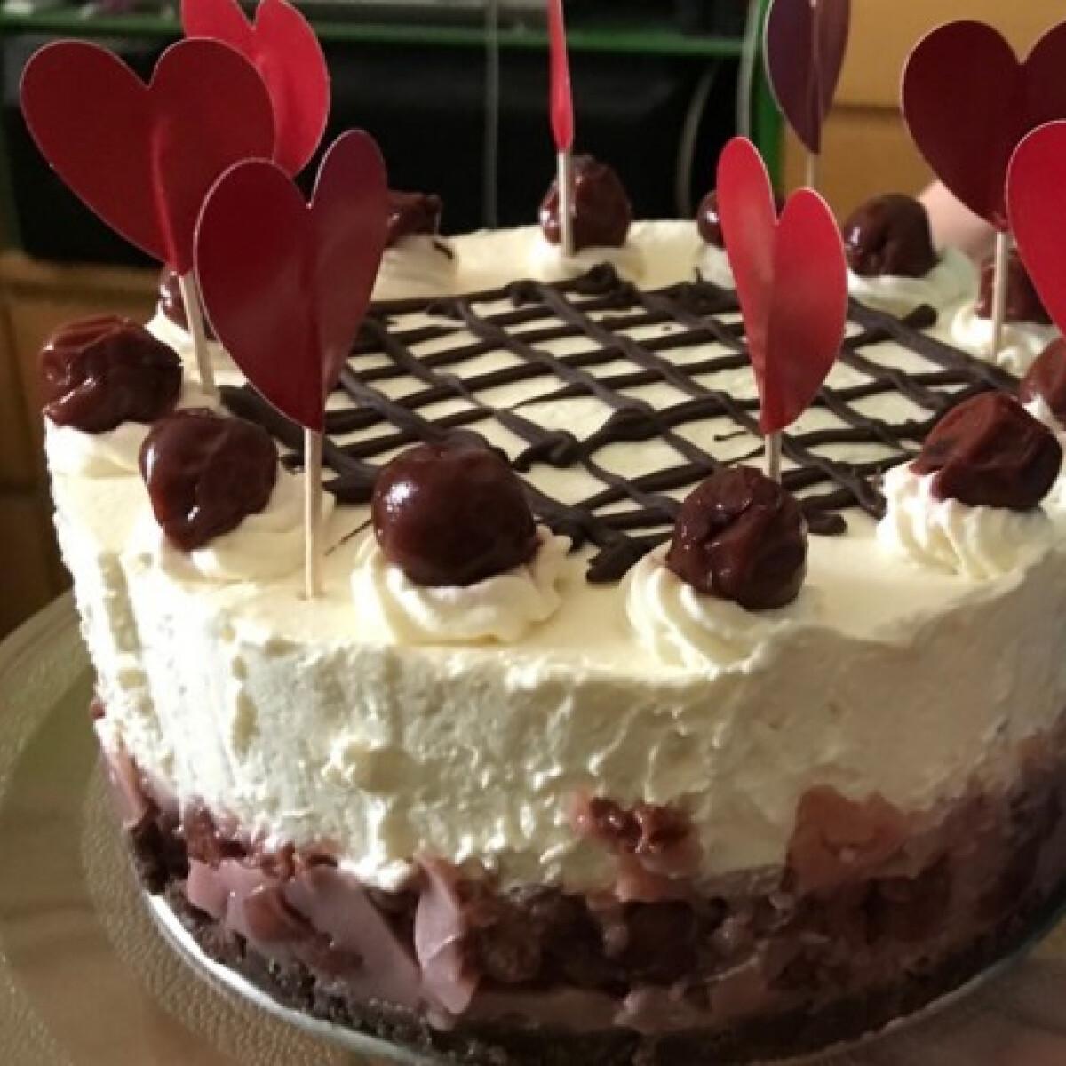 Ezen a képen: Feketeerdős torta sütés nélkül