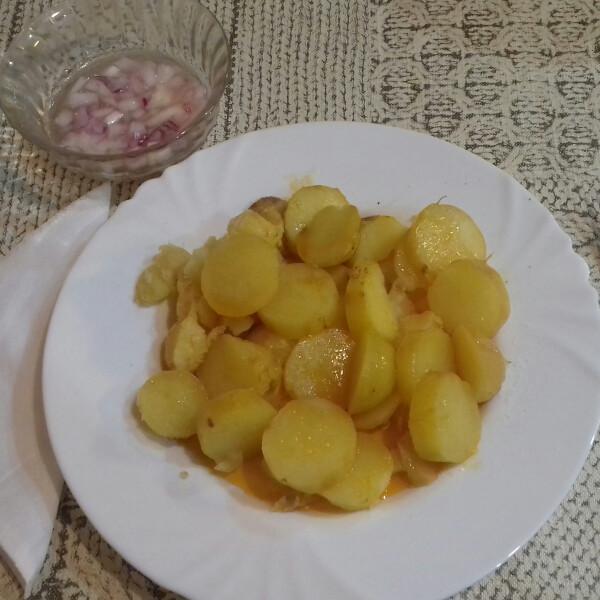 hajaban-sult-krumpli-paprikas-zsirral-es-ecetes-lilahagyma-salataval