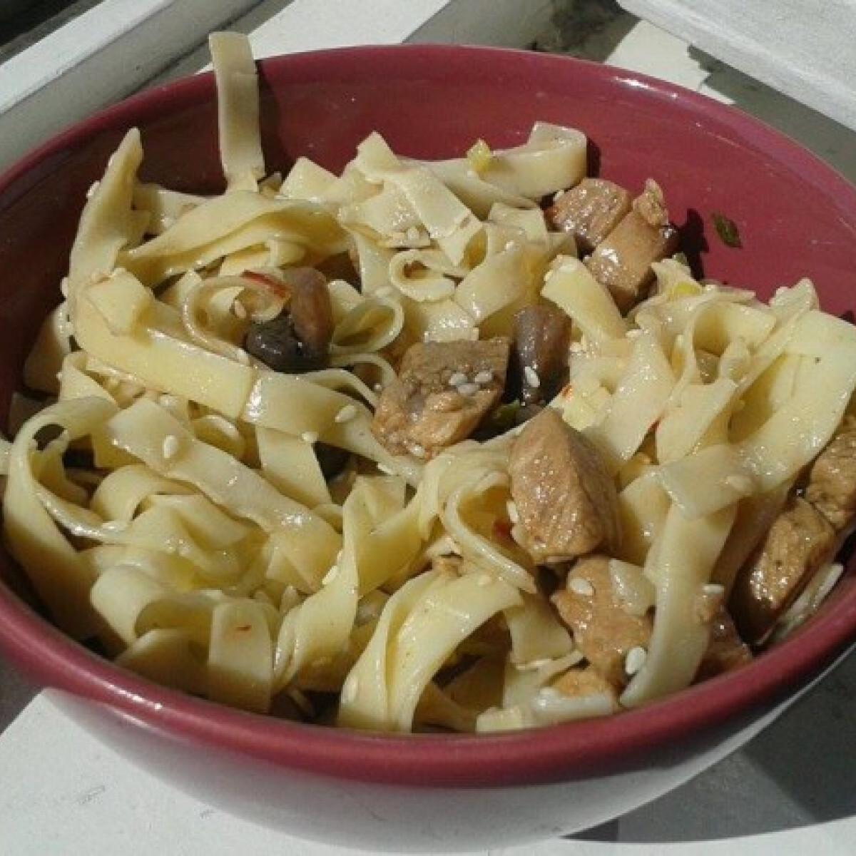 Ezen a képen: Szezámos-gombás tészta sertéshússal