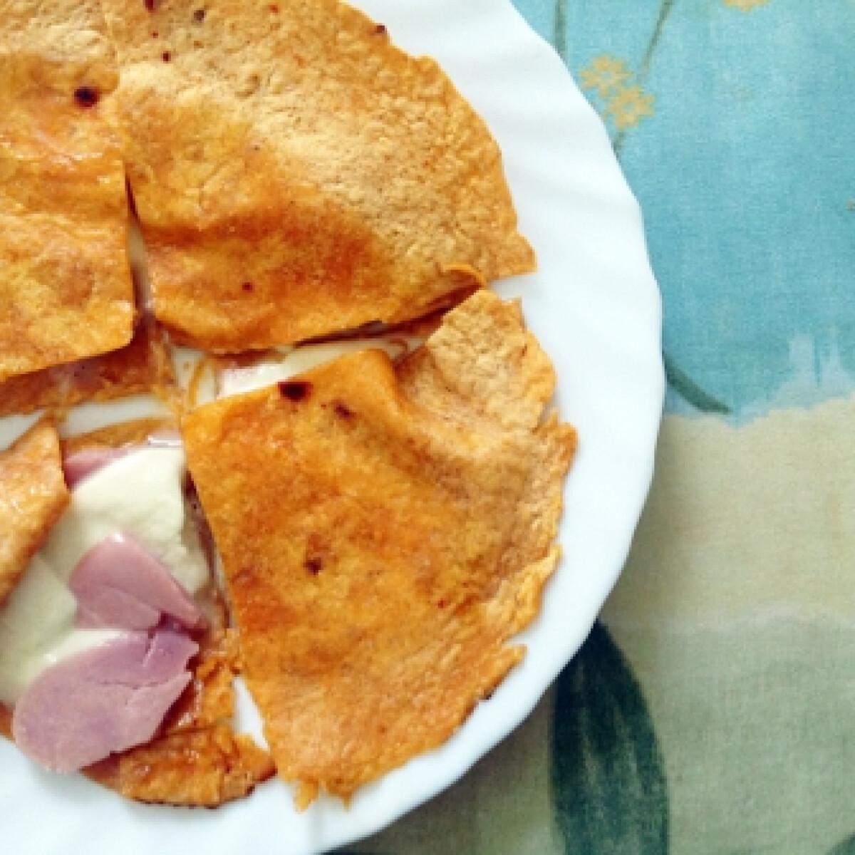 Ezen a képen: Sonkás-mozzarellás chilis quesadilla