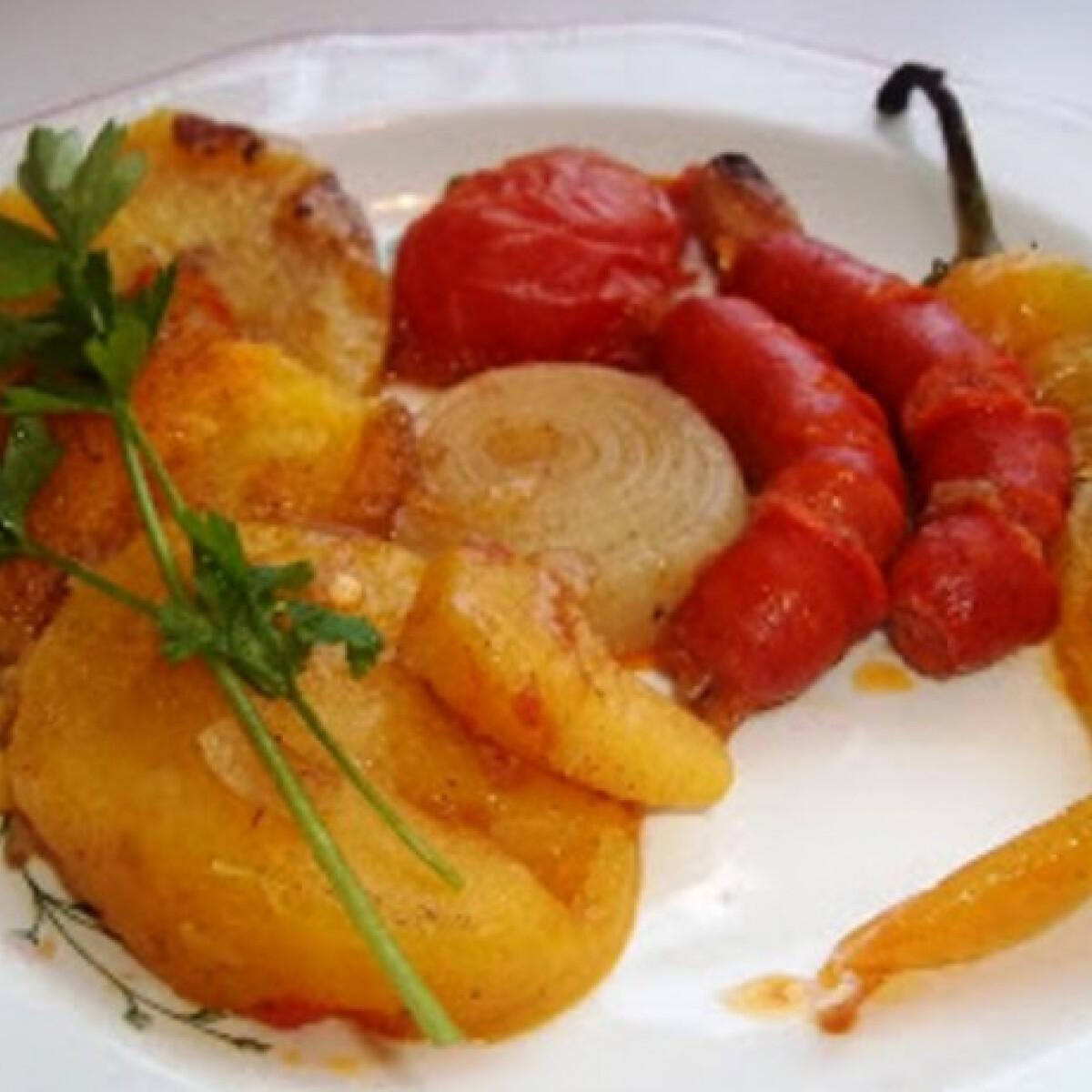 Ezen a képen: Sült kolbászkák krumplival és zöldségekkel