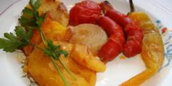 Sült kolbászkák krumplival és zöldségekkel