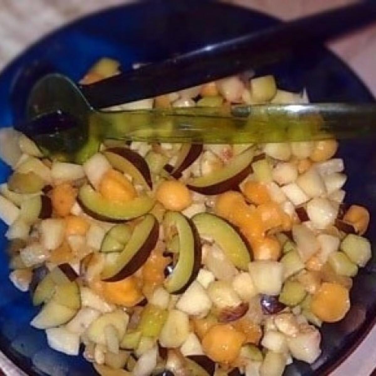 Ezen a képen: Mézes-rumos gyümölcssaláta