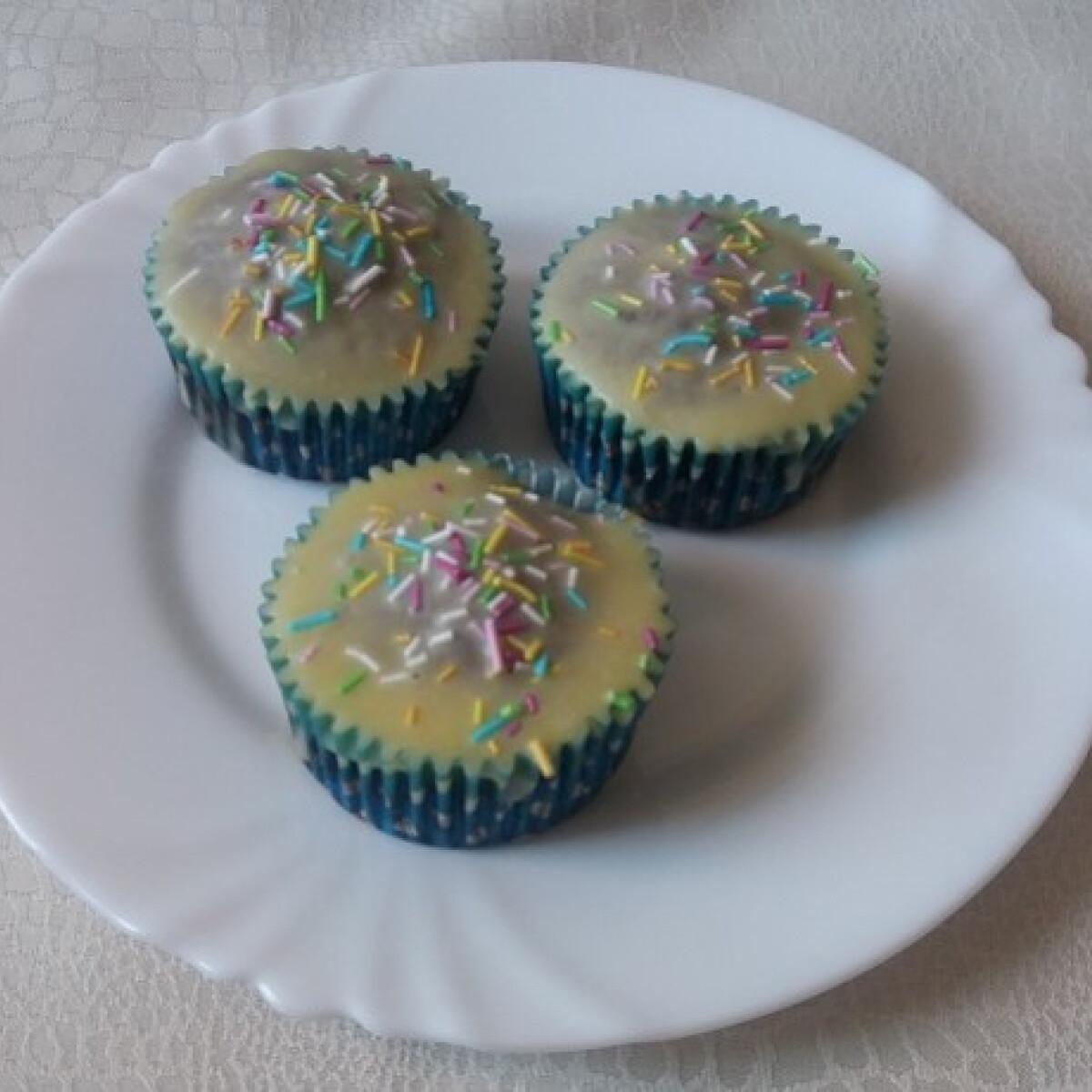 Céklás muffin fehércsokoládé-mázzal