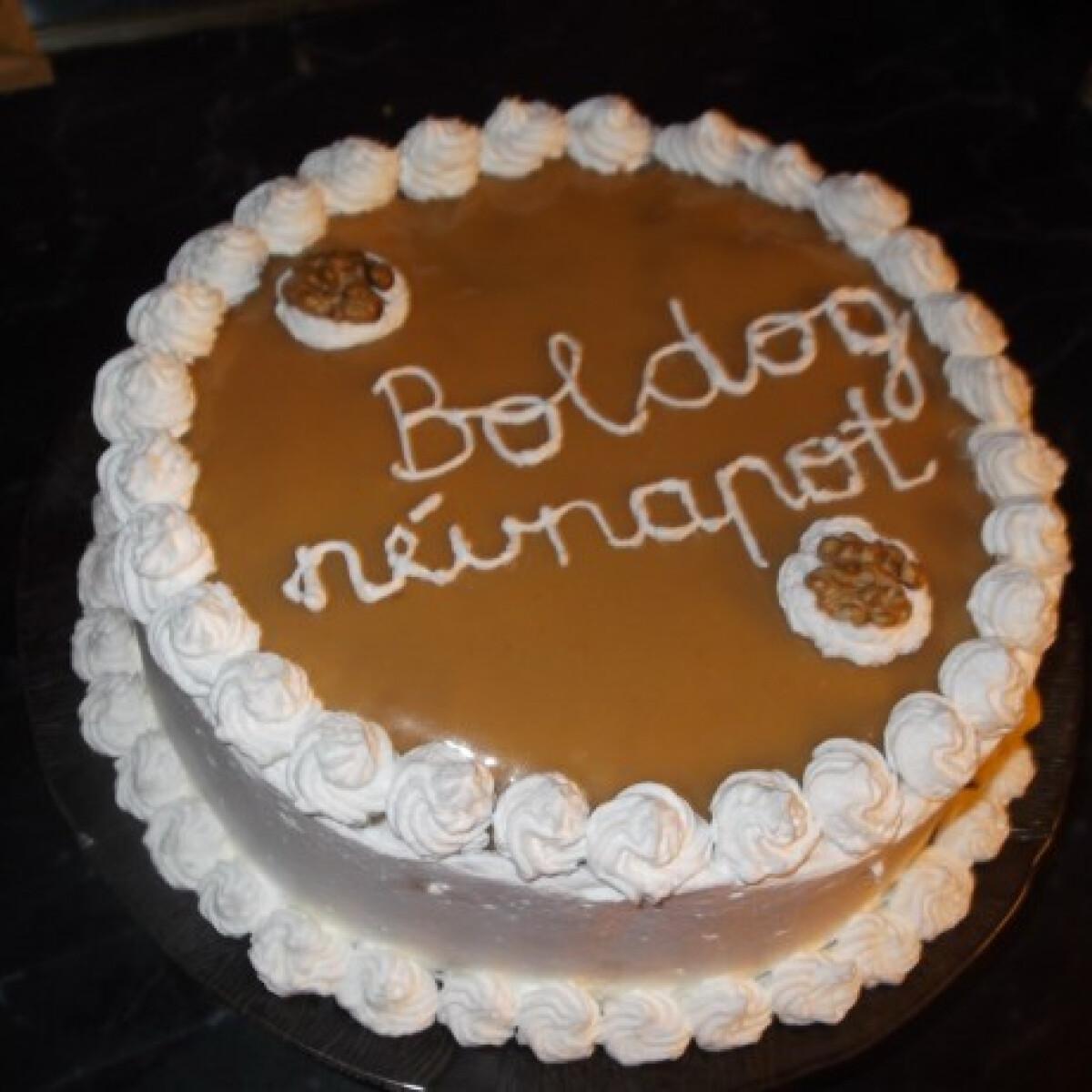 Ezen a képen: Kókuszkrémmel töltött karamellszószos torta