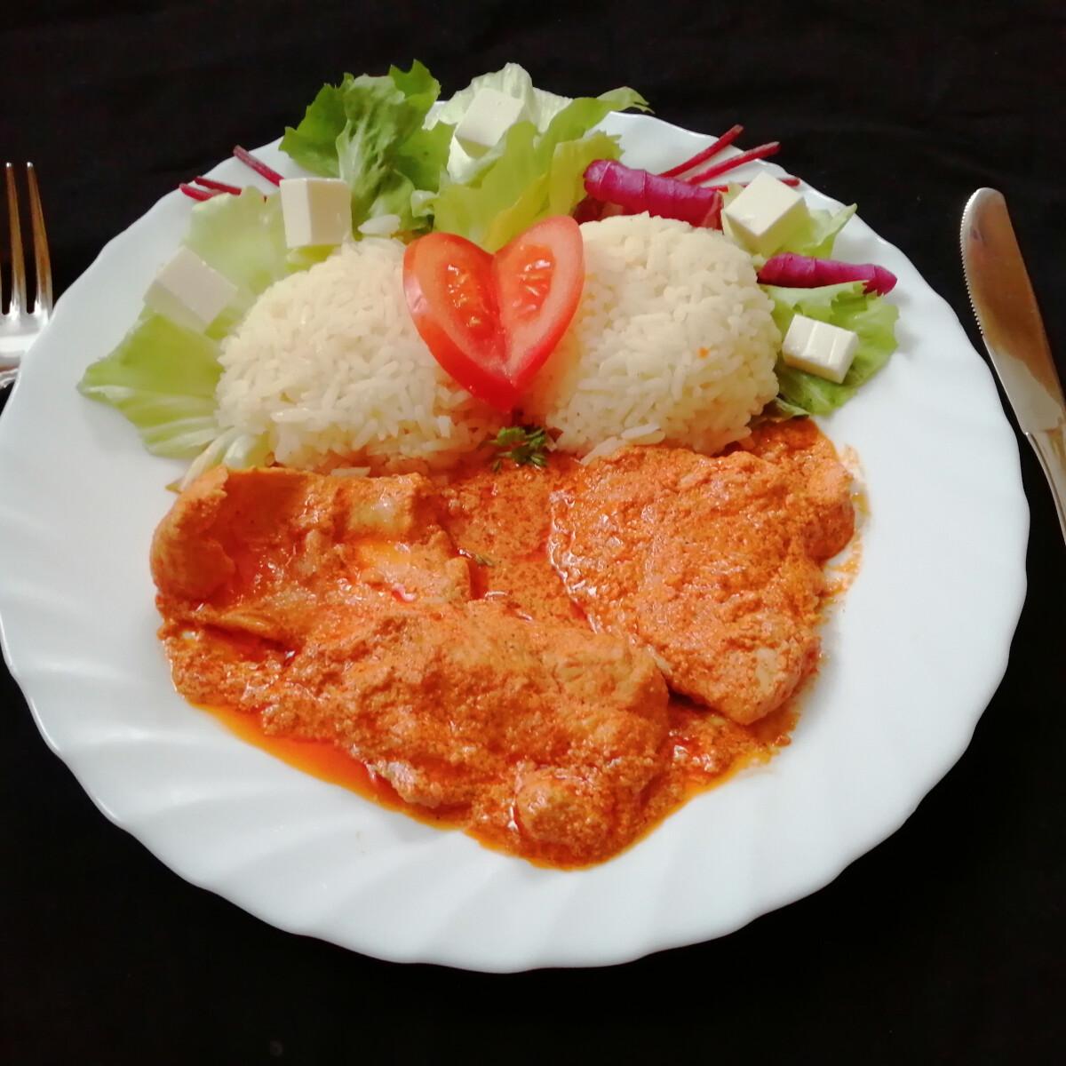 Ezen a képen: Pulykatokány, jázmin rizs, saláta