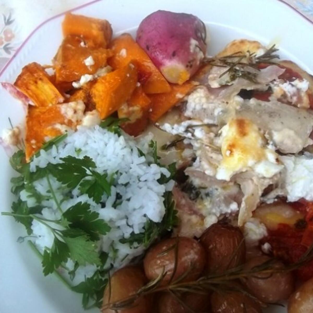 Ezen a képen: Rakott csirkemell sült zöldségekkel és petrezselymes rizzsel
