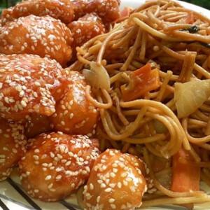 kinai-omlos-szezammagos-csirke-zoldseges-piritott-tesztaval