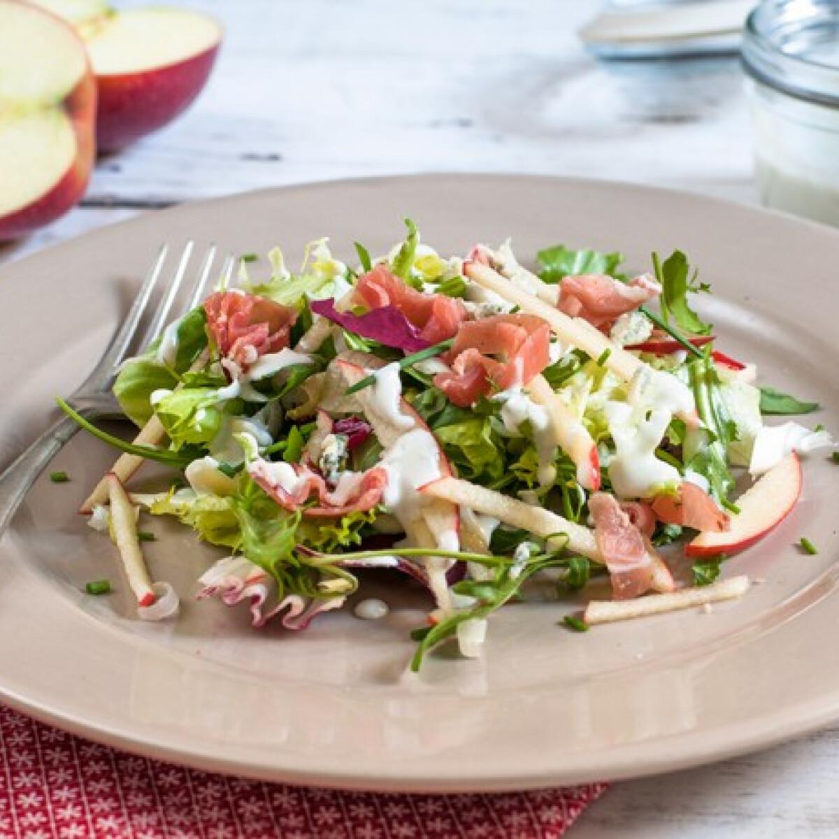 Ezen a képen: Almás-sonkás saláta kéksajt öntettel