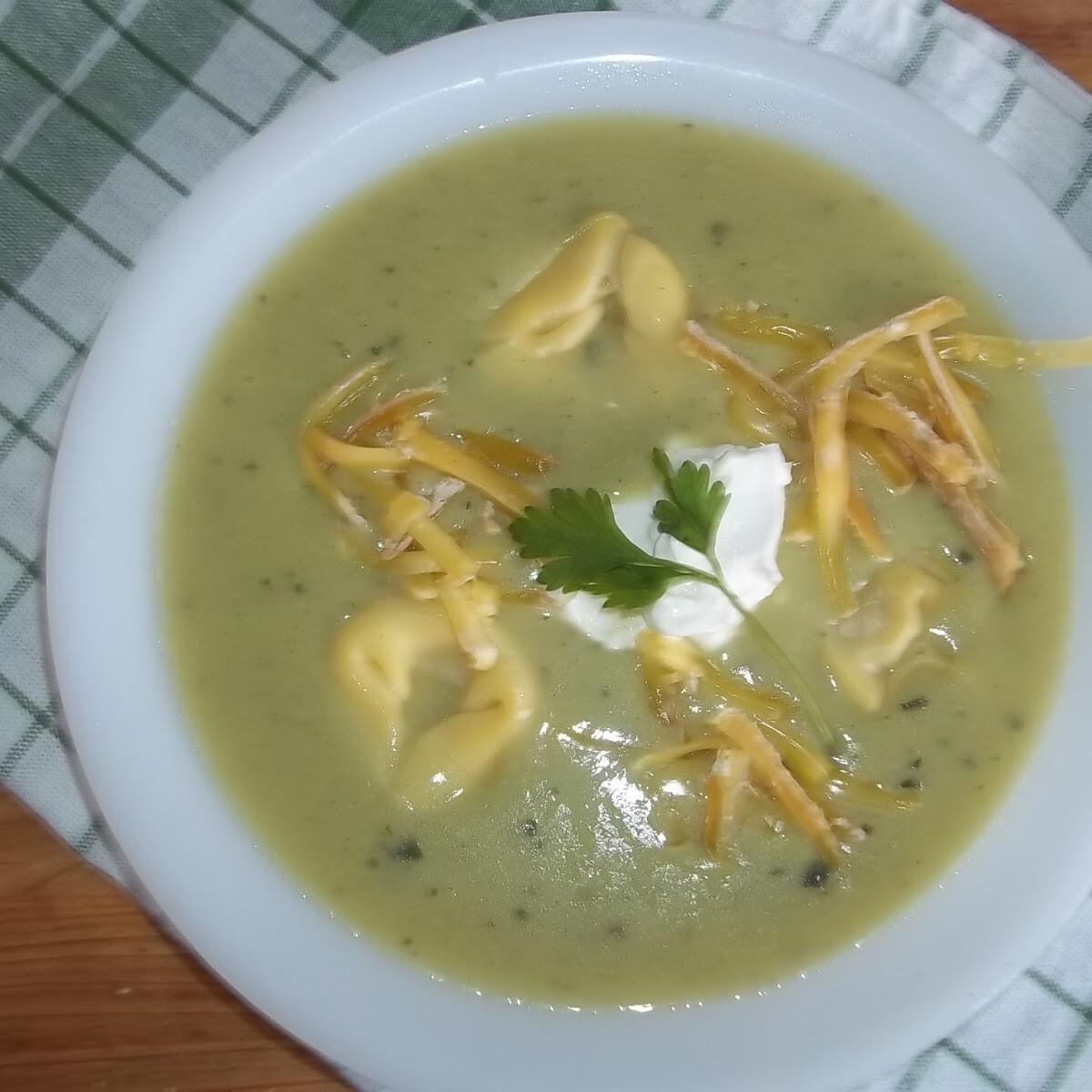 Ezen a képen: Zöldborsókrémleves tortellinivel és sajttal