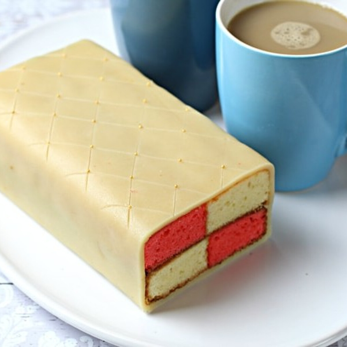 Ezen a képen: Battenberg cake